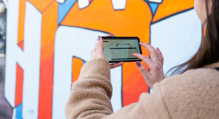 women with smart phone graffitti 572 x313